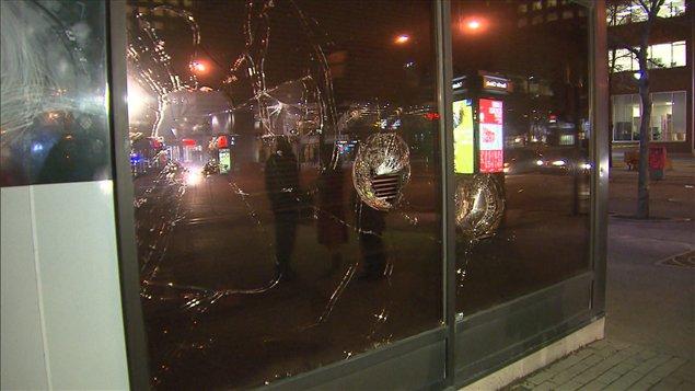 Des vitres de la banque HSBC ont été fracassées au centre-ville de Montréal.