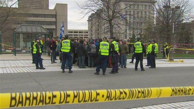 Des policiers ont encerclé les manifestants sur la Grande Allée.