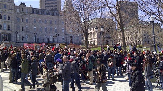 Les manifestants devant l'Assemblée nationale