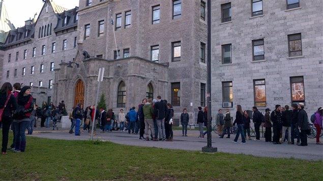 Des étudiants réunis devant le Cégep de Saint-Laurent
