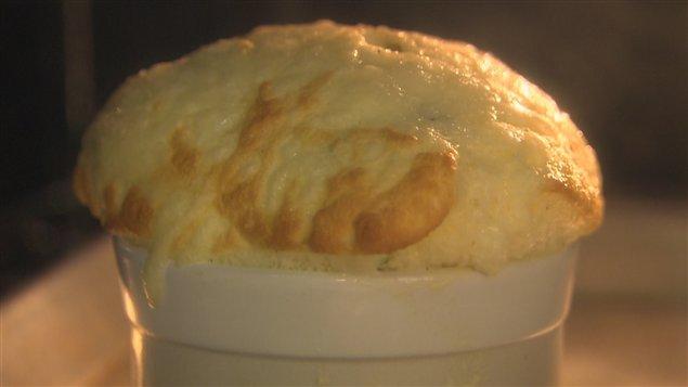 Le soufflé aux anchois, cheddar et oseille, du chef Michel Roux.