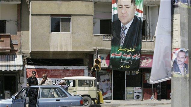 Des affiches des candidats aux élections législatives syriennes, à Homs