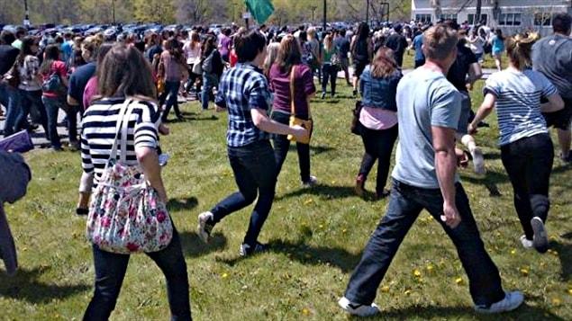 Les étudiants se dirigent vers le gymnase pour y voter.