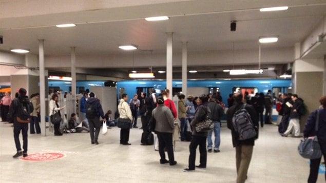 Des gens dans une station de métro de Montréal