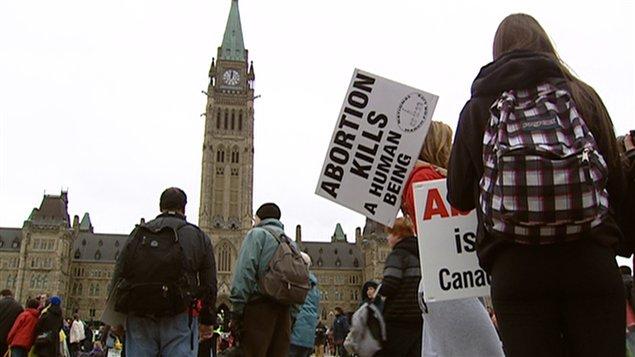 Des manifestants pro-vie sur la colline parlementaire.
