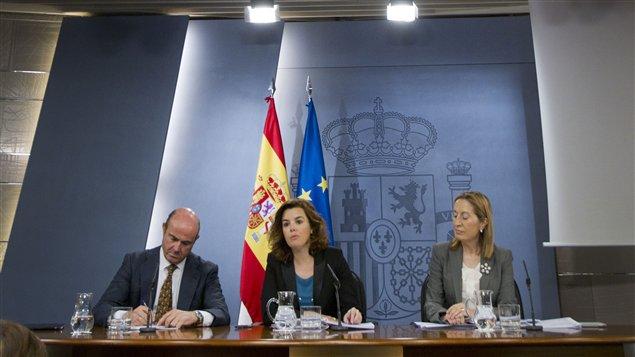 Le ministre de l'Économie Luis de Guindos, la porte-parole du premier vice-premier ministre Soraya Saenz de Santamaria et la ministre du Développement Ana Pastor Julian.