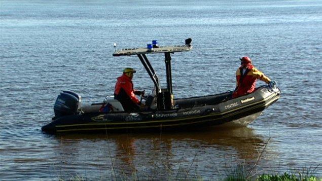 Les pompiers de Gatineau ont utilisé une embarcation pour repêcher le corps.