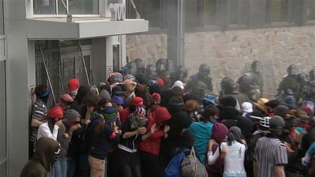 Intervention policière devant le Collège Lionel-Groulx de Sainte-Thérèse, mardi