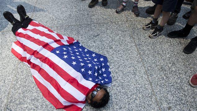 À Chicago, un manifestant proteste contre l'implicaiton américaine en Afghanistan.