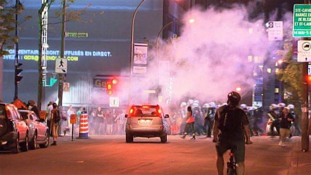Les policiers antiémeutes chargent pour disperser les manifestants.