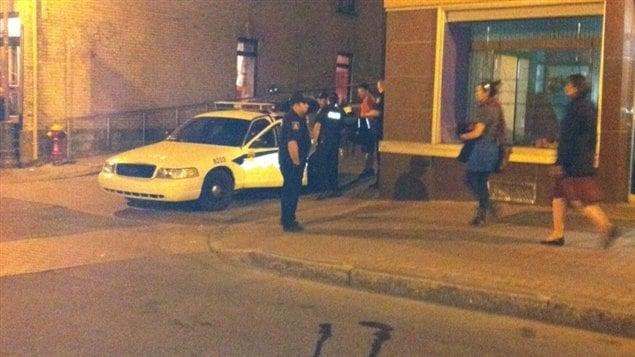 Un des manifestants est arrêté par les policiers sur la rue Scott.