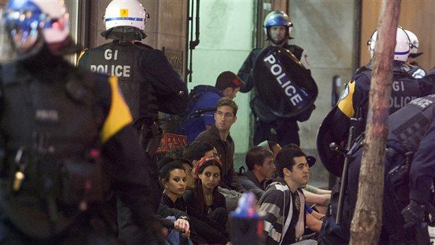 Une arrestation de masse lors de la 29e manifestation nocturne d'affilée à Montréal.