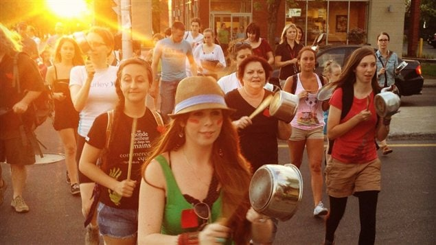 Manifestation et concert de casseroles à Longueuil.
