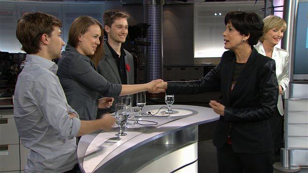 La ministre de l'Éducation Michelle Courchesne salue les leaders étudiants à la fin d'une émission spéciale sur RDI.