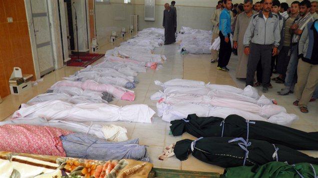 Une photo diffusée par le réseau d'opposition syrienne Shaam News Network montre les corps de 92personnes avant leur enterrement à Houla (26 mai 2012).