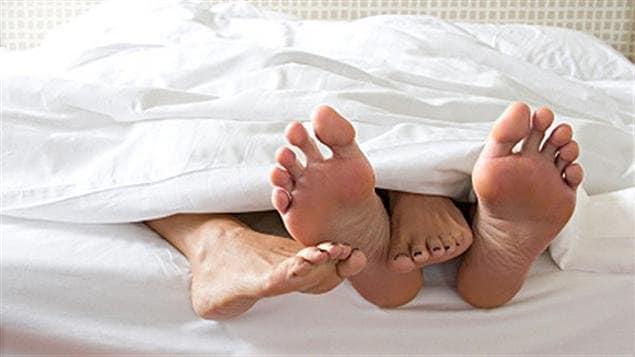 Un couple dans un lit