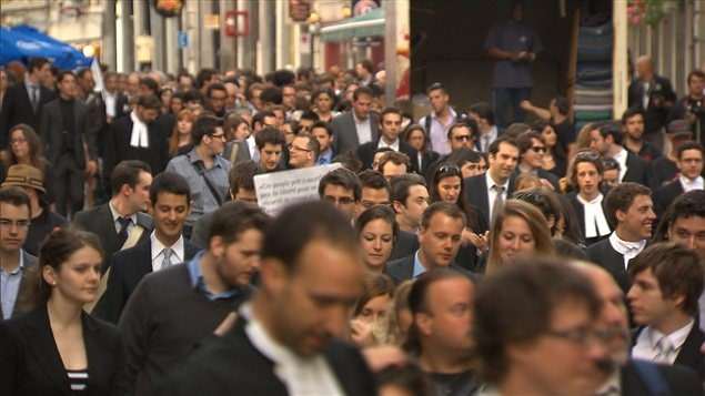 Quelque 500 juristes en toge ont manifesté en silence lundi soir à Montréal pour protester contre la loi 78 adoptée par l'Assemblée nationale.