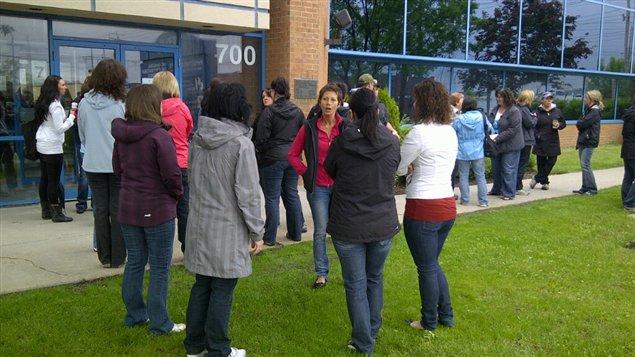 Une quarantaine d'employés se sont regroupés devant les bureaux de la CCQ à Québec