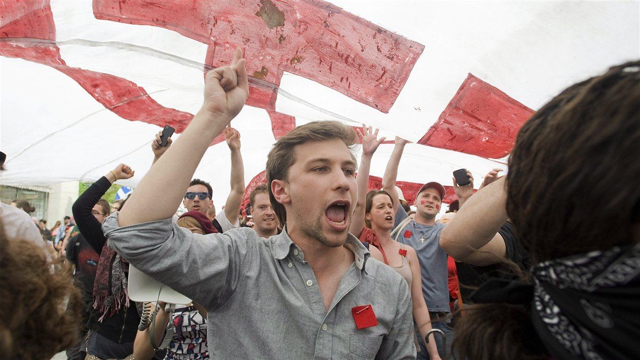Gabriel Nadeau-Dubois, porte-parole de la CLASSE, participe à une manifestation lors du 100e jour de la grève étudiante.
