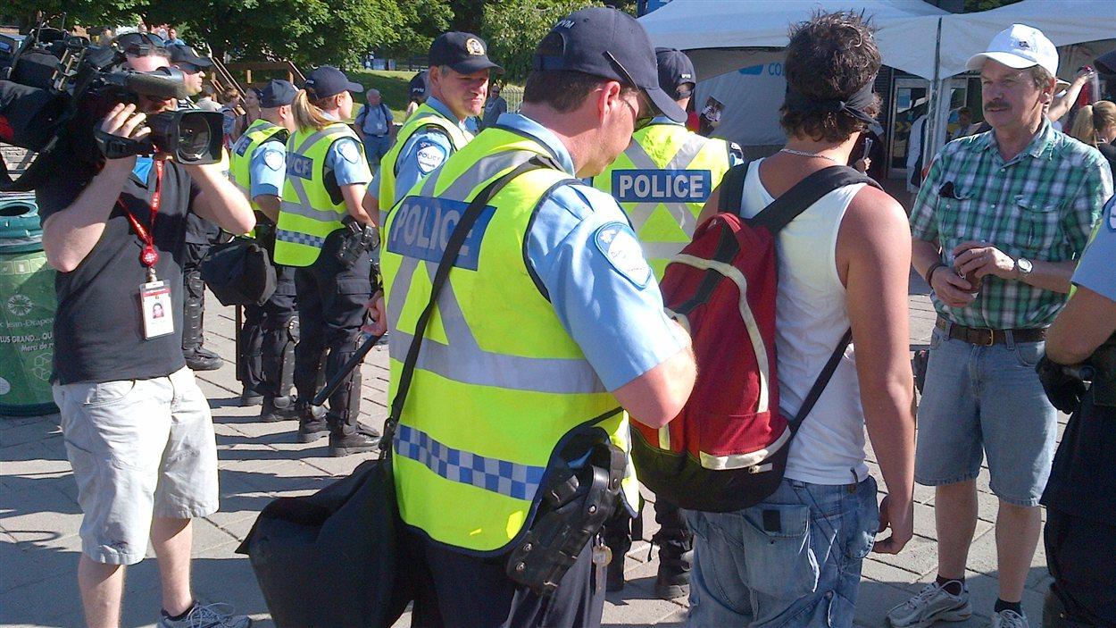Les policiers procèdent à des fouilles au parc Jean-Drapeau.