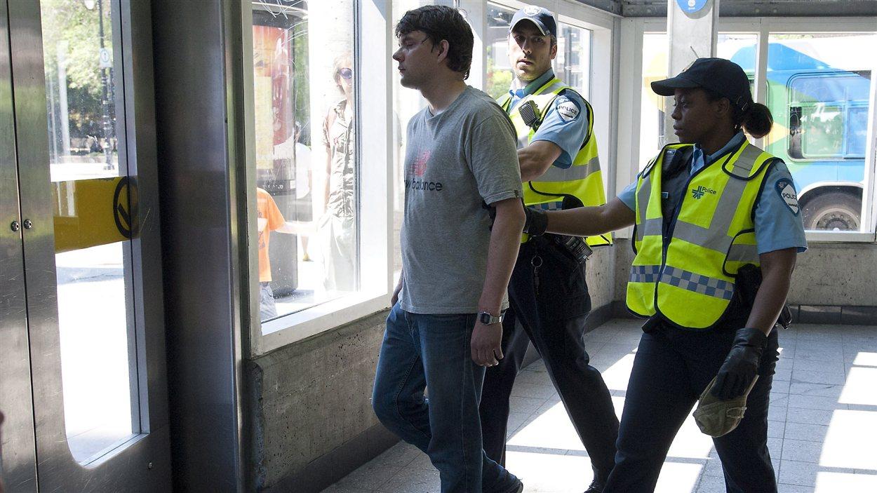 Jeune homme arrêté puis relâché par les policiers à la station de métro Berri-UQAM