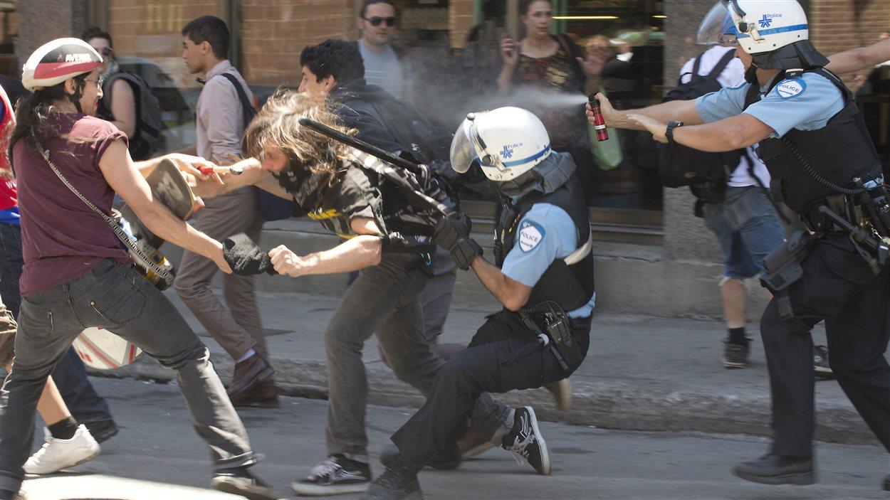 Un manifestant est arrêté dans le secteur de la rue Crescent.