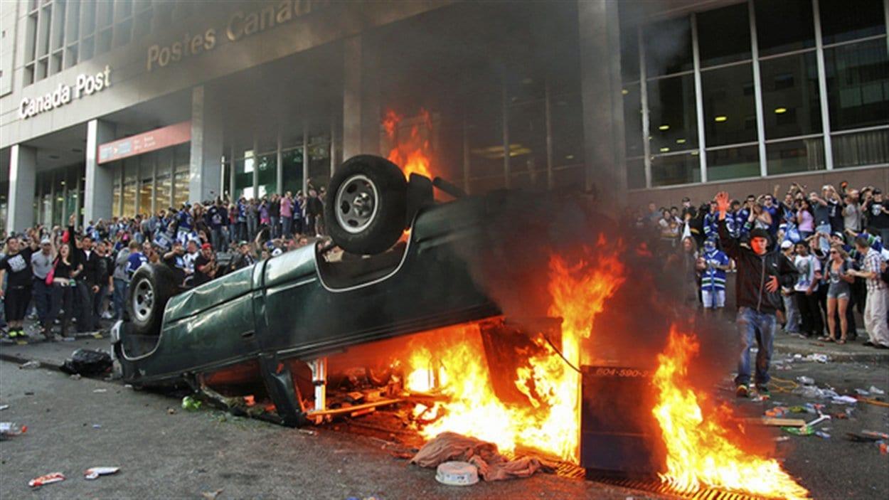 Une voiture brûle lors des émeutes de la Coupe Stanley à Vancouver