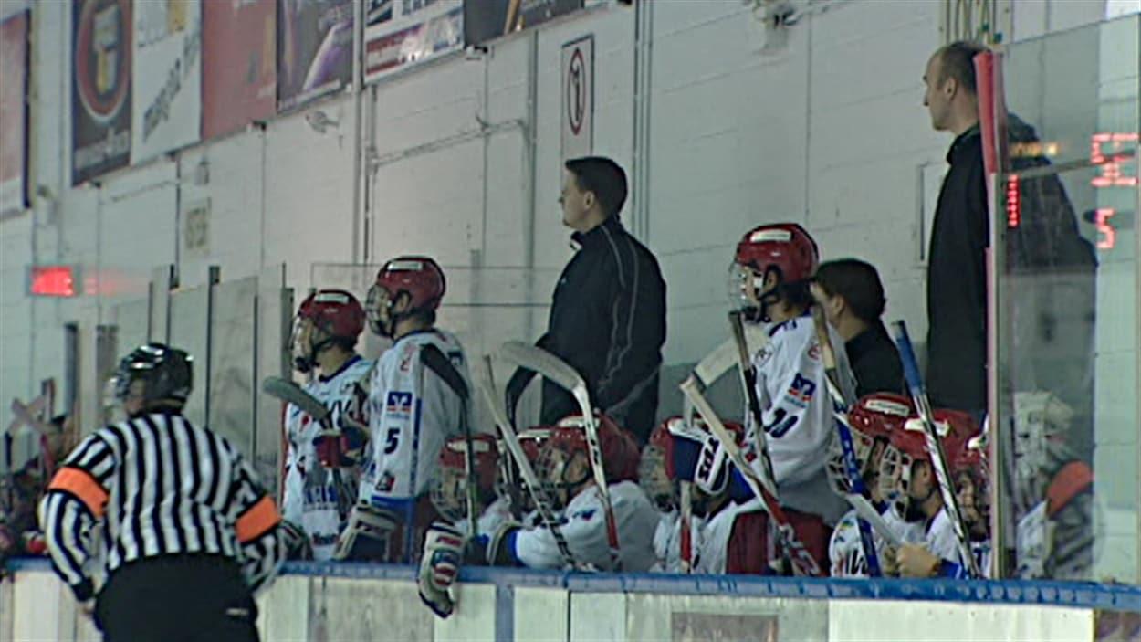Des joueurs sur le banc, lors d'un tournoi international de hockey Midget Kiwanis à Gatineau (archives).