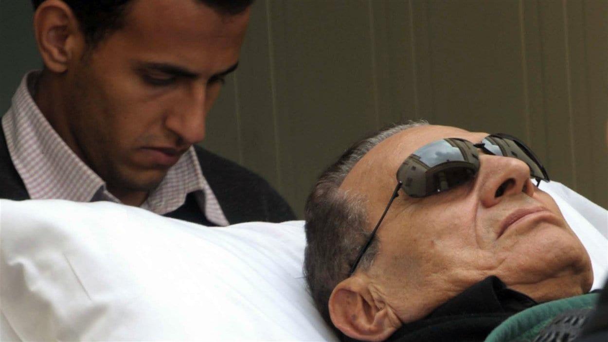 Tout au long de son procès, Hosni Moubarak a comparu allongé sur une civière.