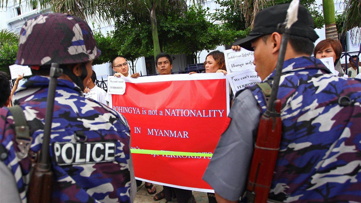 Des Birmans manifestent dans la province de Rakhine après que le président eut déclaré l'état d'urgence en réaction aux violences religieuses.