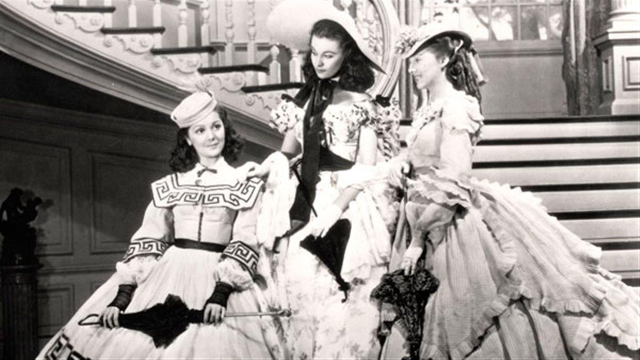 Ann Rutherford (à gauche), Vivien Leigh, (au centre) et Evelyn Keyes (à droite) dans Autant en emporte le vent
