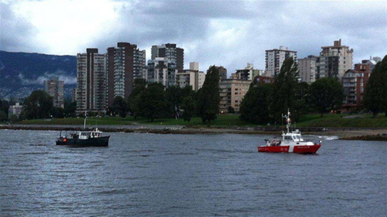 Un des bateaux est remorqué par un navire de la garde côtière de Kitsilano