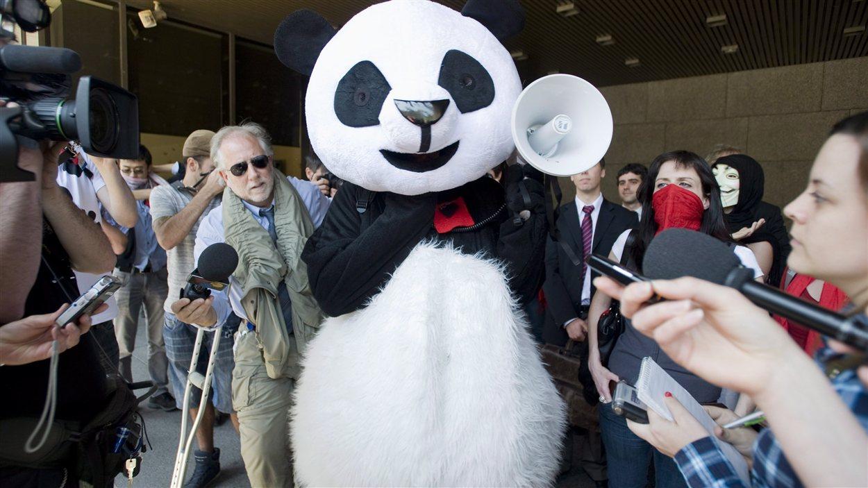 Anarchopanda arrive à la Cour supérieure pour faire invalider un règlement contre le port du masque.