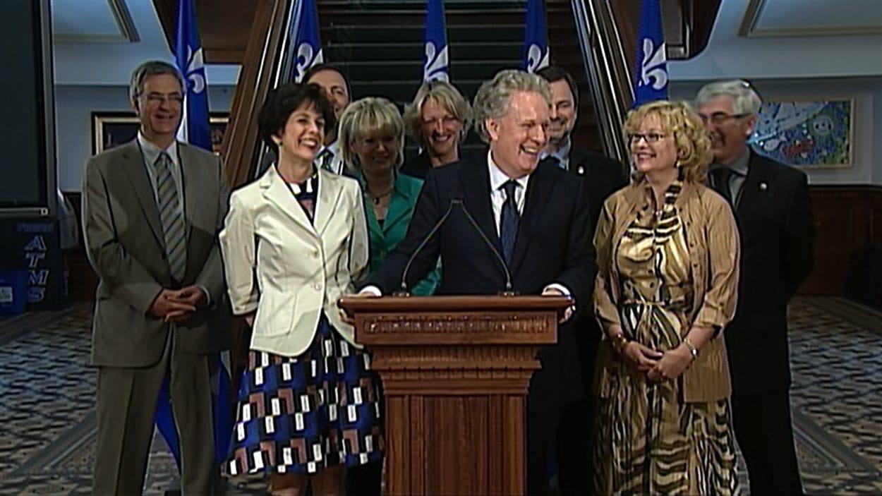 Jean Charest entouré de ministres libéraux
