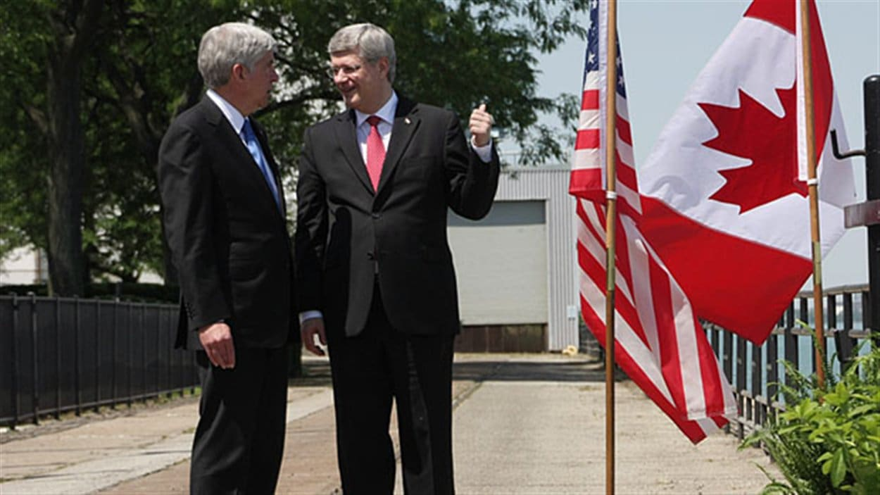 Le gouverneur du Michigan, Rick Snyder (à gauche) et le premier ministre du Canada Stephen Harper