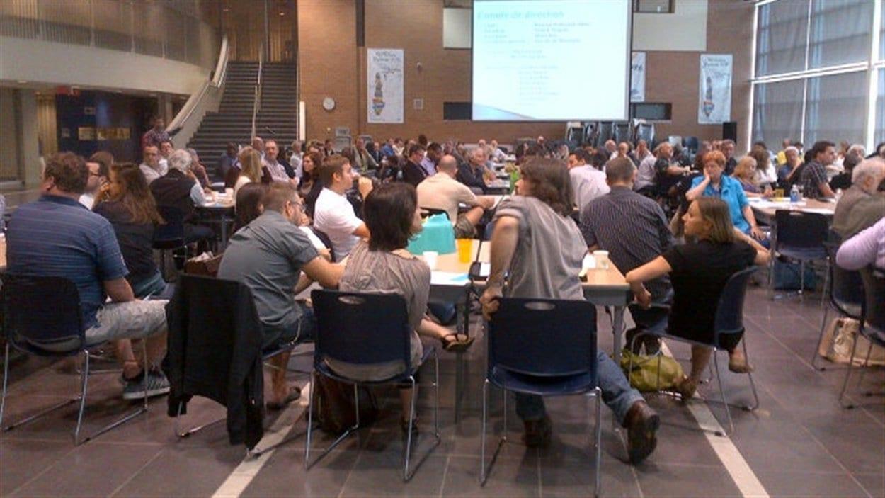 Plus de 220 personnes participent à l'assemblée.