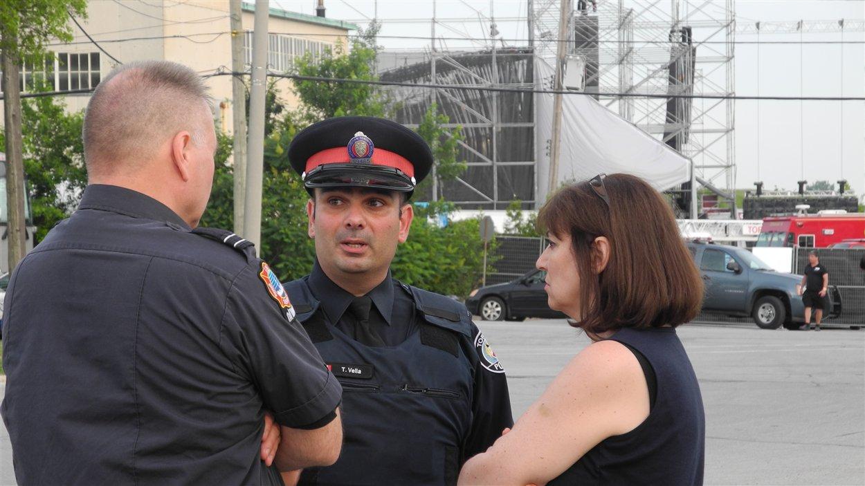 Le porte-parole de la police de Toronto Tony Vella (au centre) et la conseillère municipale, Maria Augimeri sur les lieux de la tragédie