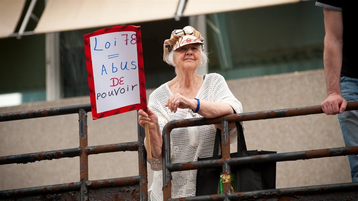 Une citoyenne contre la loi 78 lors de la manifestation monstre du 22 mai à Montréal