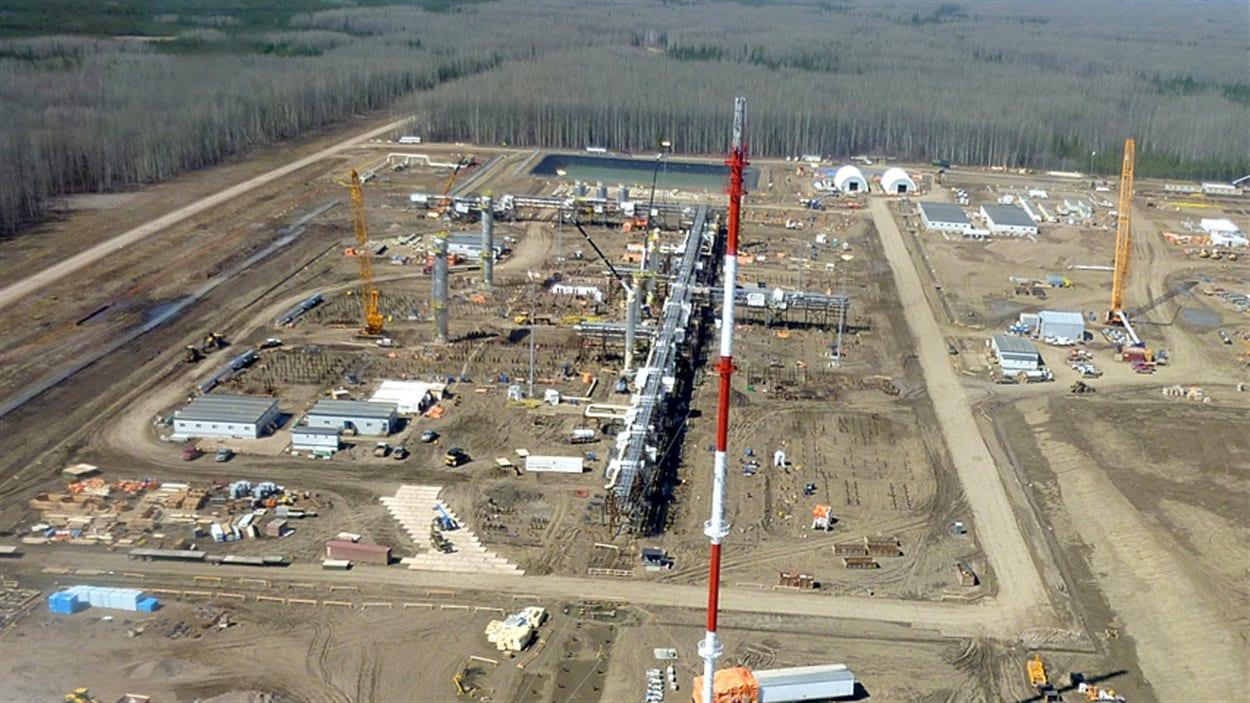 Vue aérienne de l'usine de gaz naturel de Horn River, en Colombie-Britannique