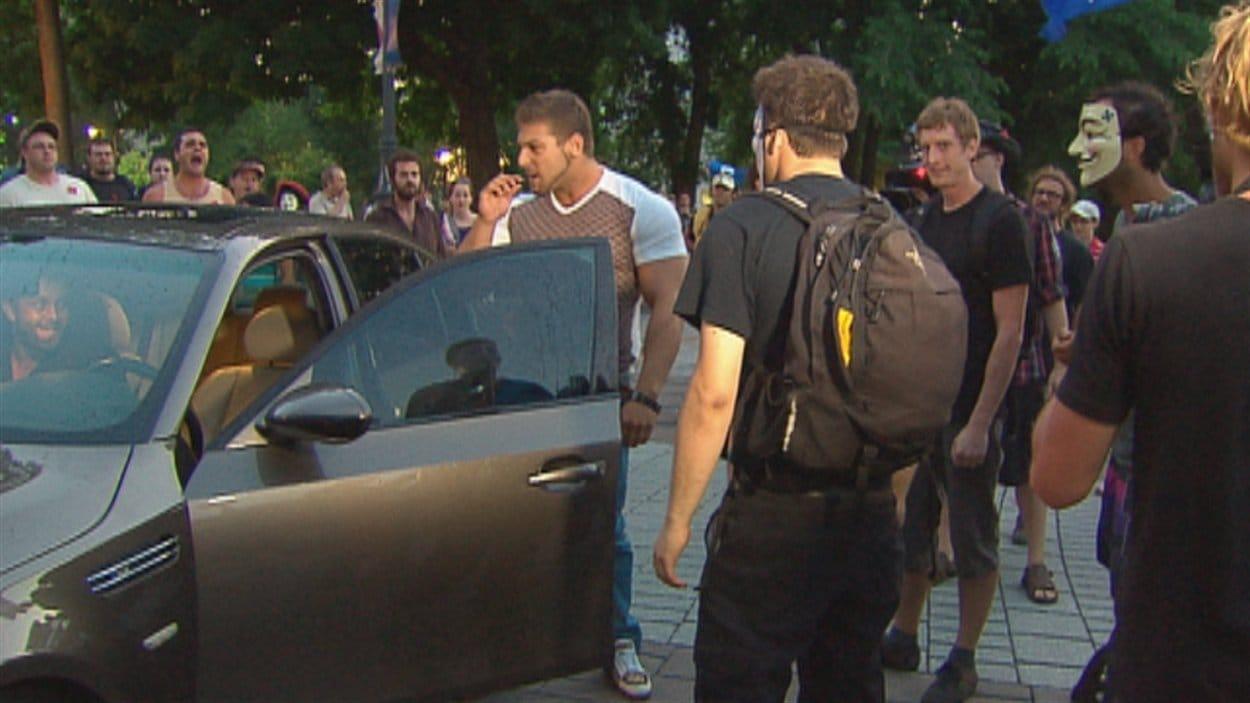 Une casserole aurait été lancée sur cette BMW qui passait à travers les manifestants.