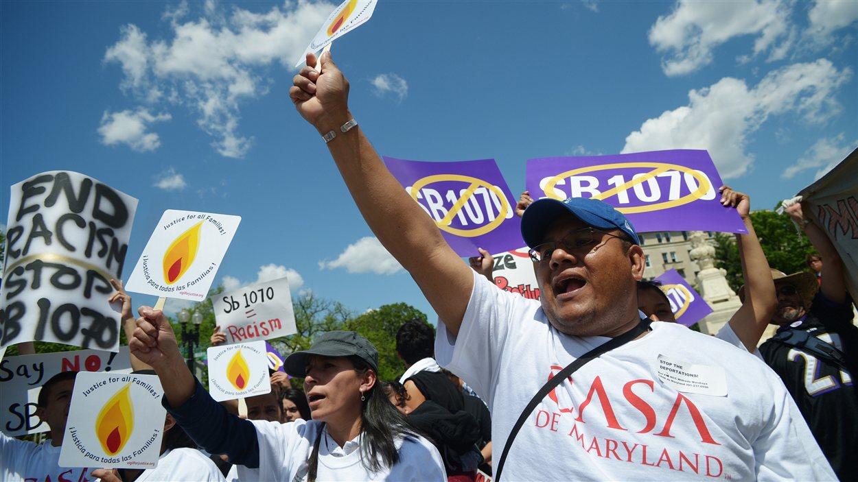 Des opposants à la loi de l'Arizona sur l'immigration clandestine manifestent devant la Cour suprême, à Washington.