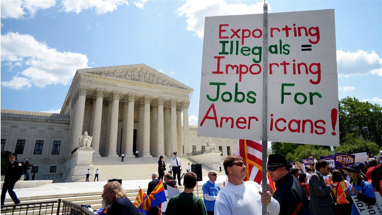 Un homme appuyant la loi de l'Arizona sur l'immigration clandestine faisait passer son message devant la Cour suprême, à Washington.