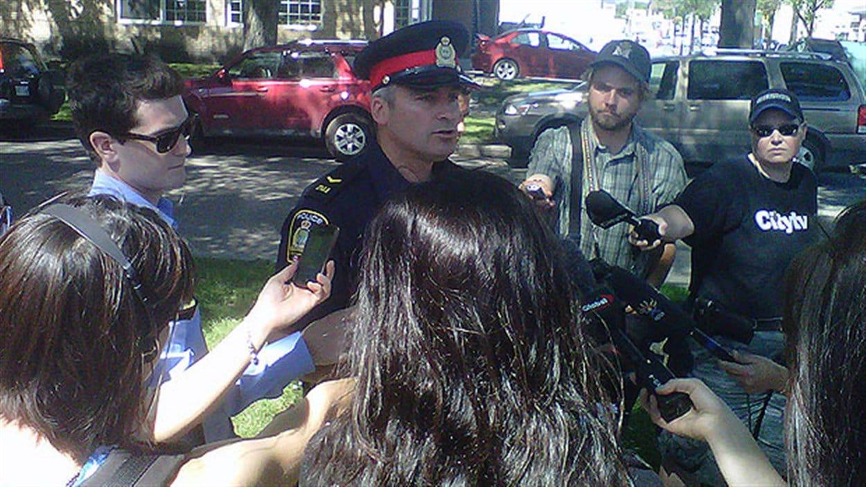 Jason Michalyshen de la police de Winnipeg explique aux médias pourquoi ses équipes effectuent des recherches jeudi dans certains secteurs de la ville.