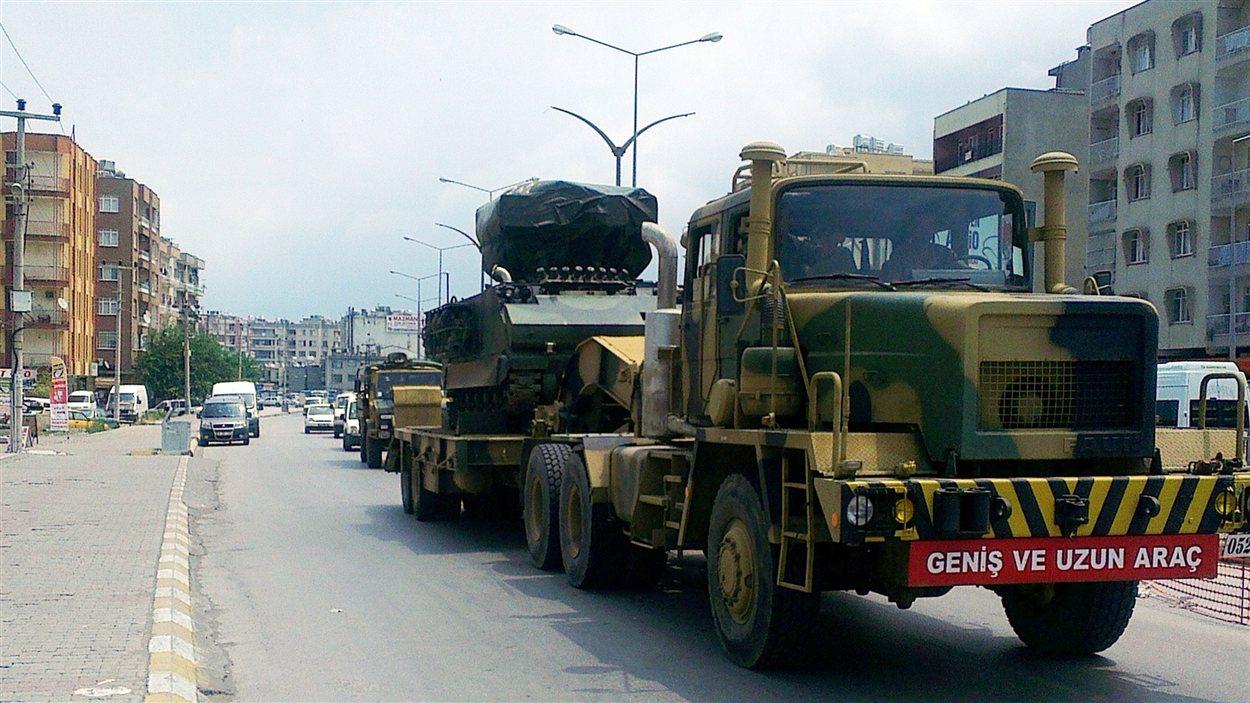 La Turquie déploie des troupes le long de sa frontière avec la Syrie.