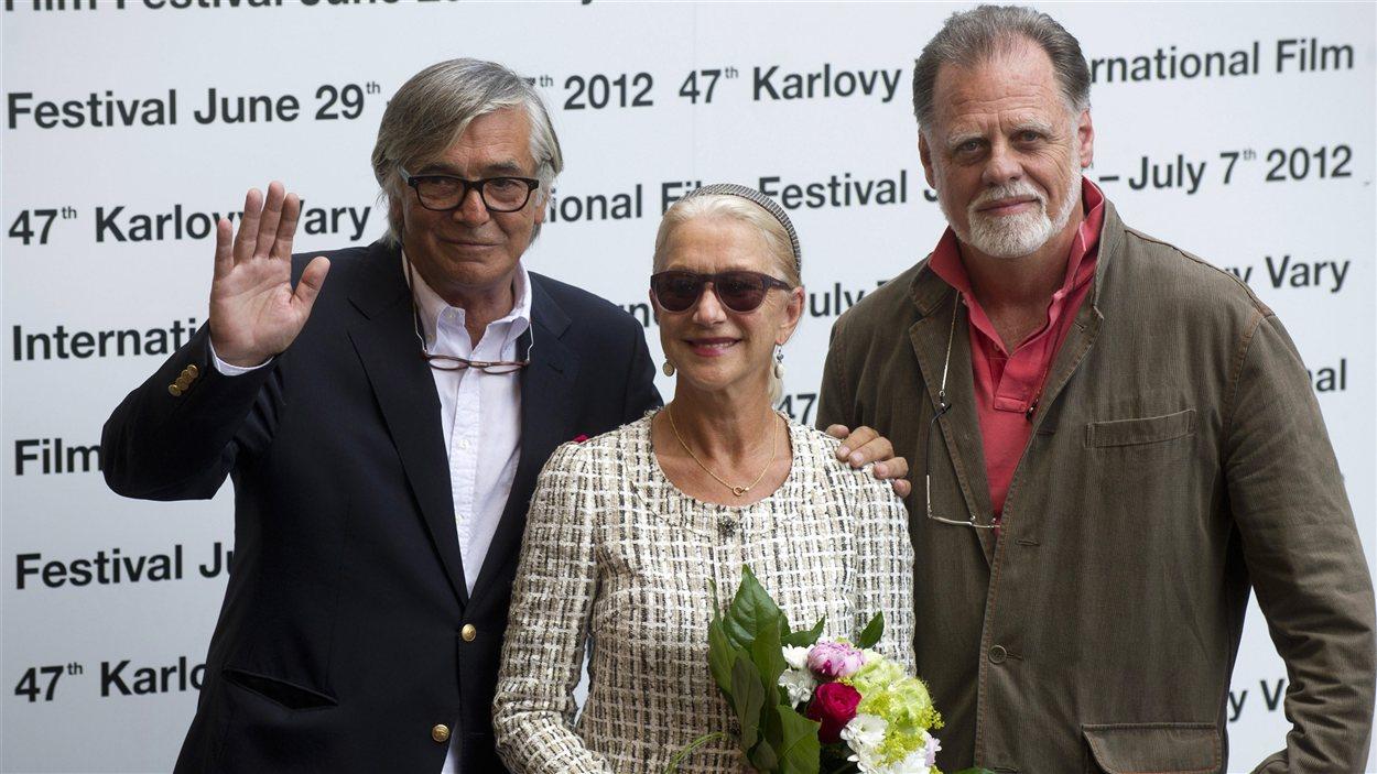 L'actrice britannique Helen Mirren entourée de son mari, le réalisateur américain Taylor Hackford (à droite) et du président du Festival international de films de Karlovy Vary Jiri Bartoska (à gaiche) lors de la cérémonie d'ouverture.