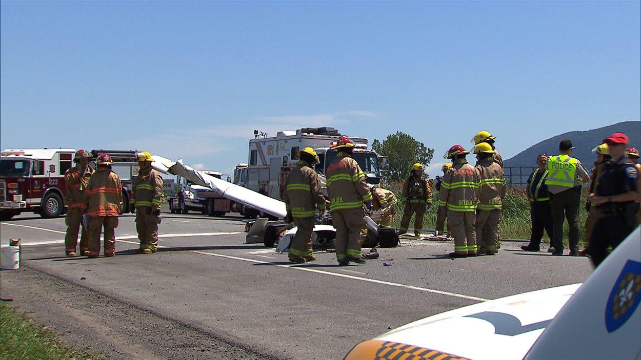 Des pompiers examinent l'avion.