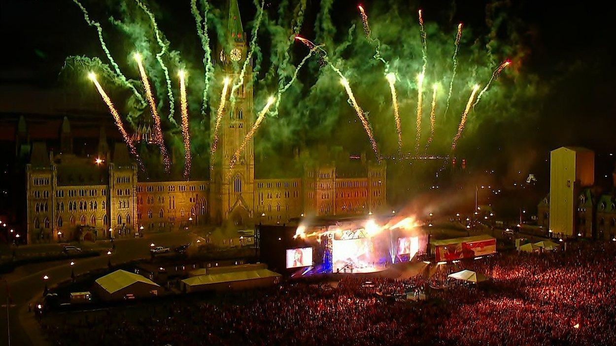 Les célébrations de la fête du Canada se sont terminées par les traditionnels feux d'artifice sur la colline du Parlement à Ottawa.