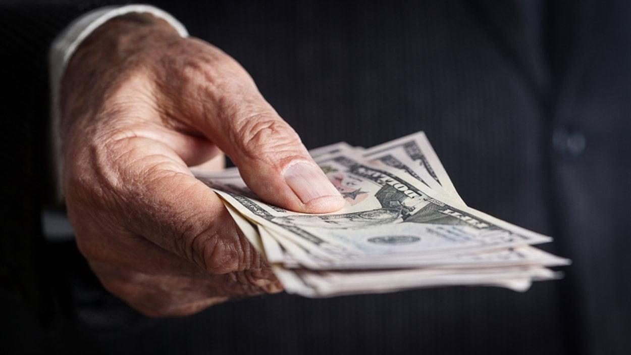 Un homme tend de l'argent