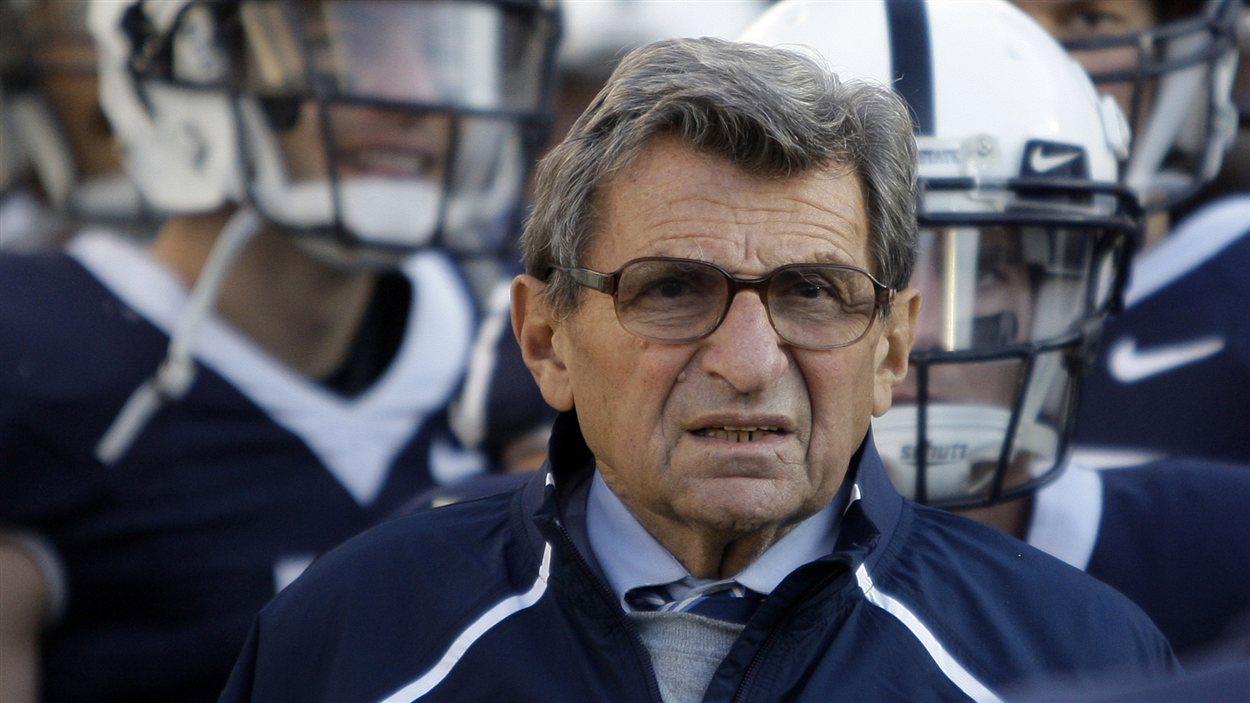 L'ancien entraîneur-chef de l'équipe de football de l'Université Penn State, Joe Paterno.