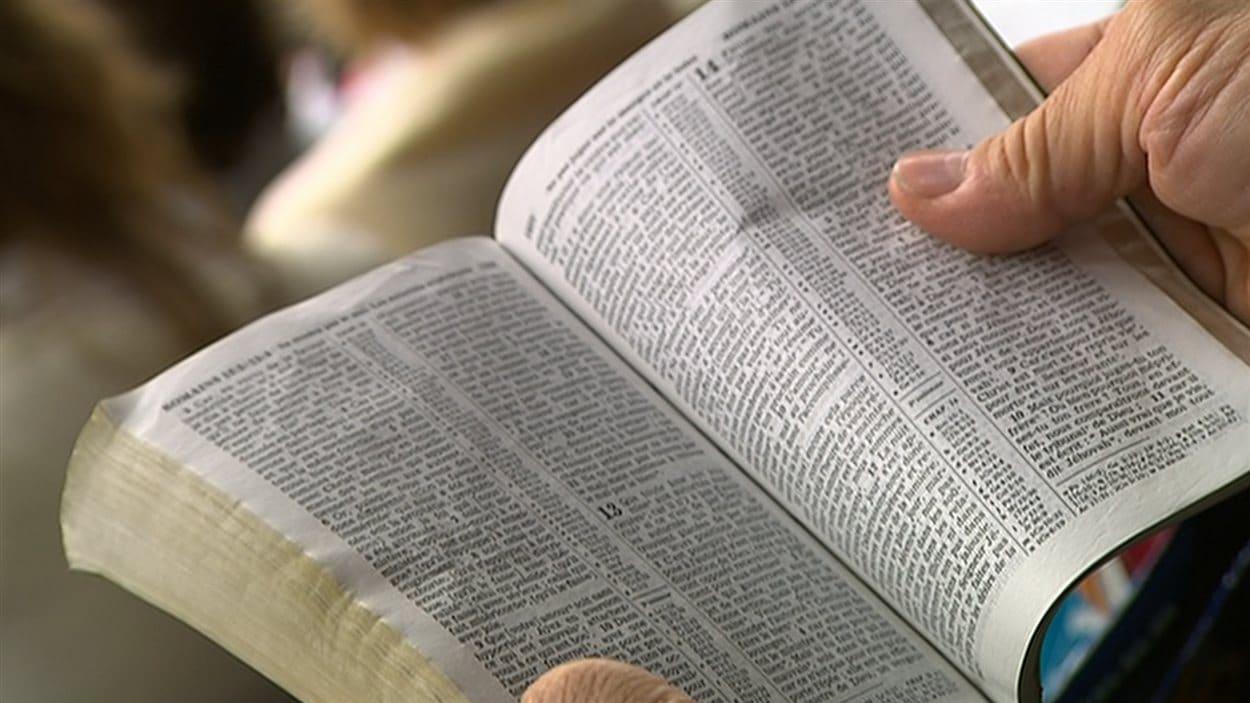 Un Témoin de Jéhovah lisant la bible.